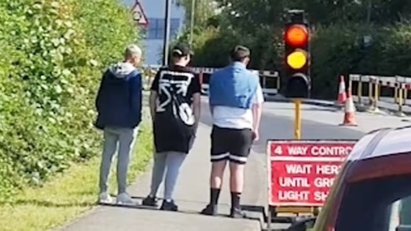 以為過馬路?三傻見紅燈「人行道罰站」綠燈才敢起步,旁邊駕駛笑歪