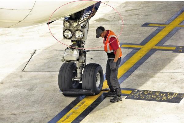 偷渡不要命!16歲男躲飛機「起降輪胎艙」 -60度低溫耐不住暈眩送醫