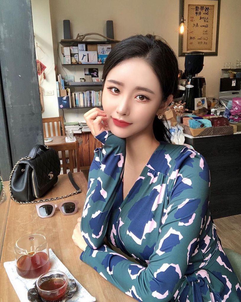 正妹空姐「顏值激似韓劇女主」,「誘人的玫瑰花裝」太火辣了!