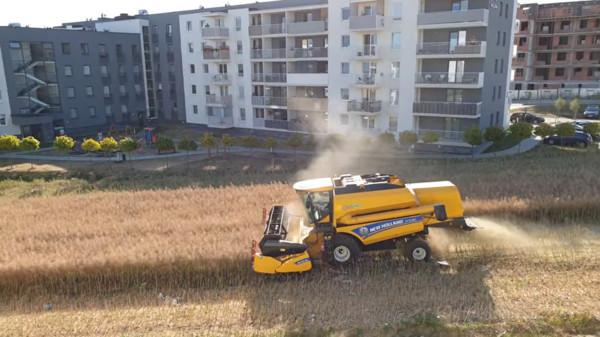 波蘭農民堅持不賣地! 「四周被公寓包圍」住戶從沒抱怨:欣賞他的決定