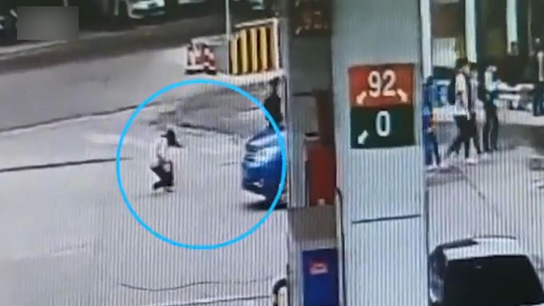 ▲▼女同學綁鞋帶被車撞。(圖/翻攝自微博)
