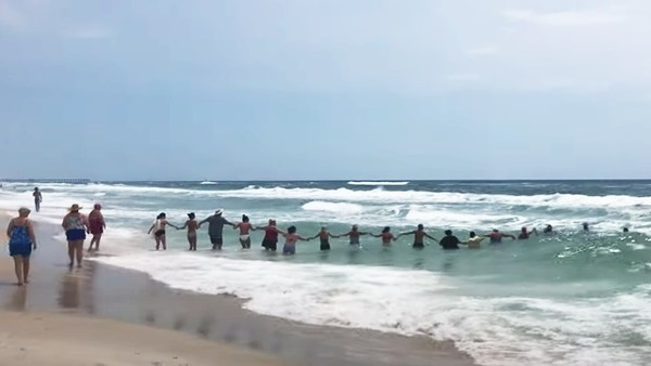 熱心民眾組成「人肉繩索」搶救溺水童!專家看到搶救畫面直喊:母湯哦