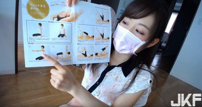日本「神秘口罩妹」YouTuber故意穿短裙示範瑜珈動作!不露臉!