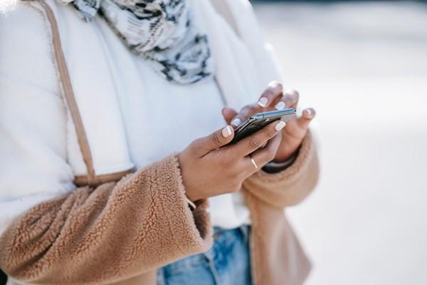 公司逼「手機裝定位App」!清潔婦拒絕卻被開除 氣喊:當我是小偷?