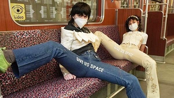 受不了車廂裡「腿張超開」的男人!女學生設計「反抗褲」嗆:不要霸佔空間