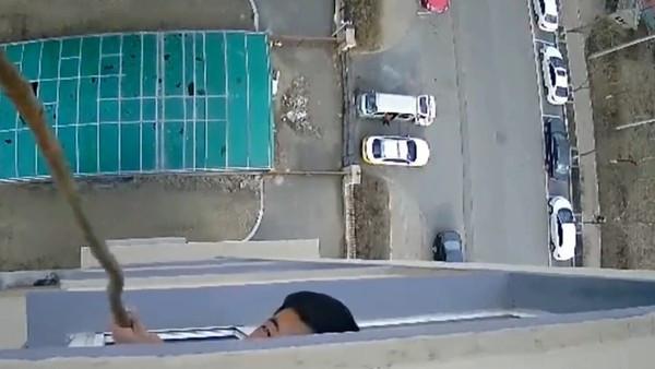 他嫌太吵「朝樓上陽台潑糞半年」 住戶裝監視器拍下超噁證據