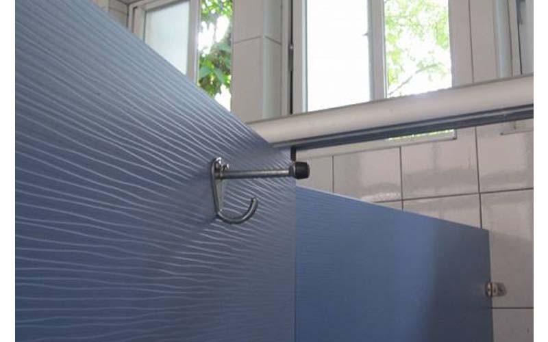 「真不懂公廁這種掛勾幹嘛用的?」他發文怨掛包包一直掉,根本不好用!專業網友一看:這根本不是掛東西的啊!