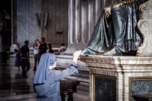 不甩封城!愛爾蘭修女無視防疫「遠赴217公里外」參加驅魔大會