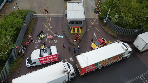 速食太不環保!百名素食者「包圍麥當勞」逼停賣奶肉 門市薯條慘斷貨