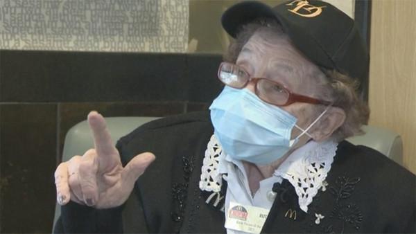 百歲嬤在麥當勞工作半世紀!唱跳娛樂客人「堅持不退休」:錢夠用就好
