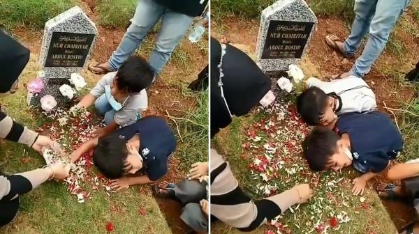 印尼兩男童墓前問候亡母 「耳朵貼墳墓」一臉疑惑:馬麻怎麼都不回答