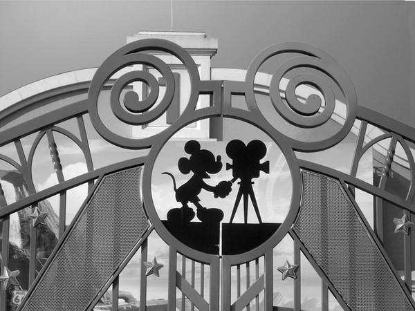 被迪士尼拋棄的樂園!網友誤闖「布偶停屍間」 米奇裂笑脫掉頭套