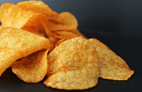 「手拿洋芋片」代表你老了?日電視台調查零食吃法曝:年輕人都用筷子