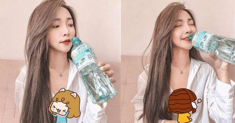 這樣喝水太壞!白襯衫正妹豪飲 網友:我也渴了
