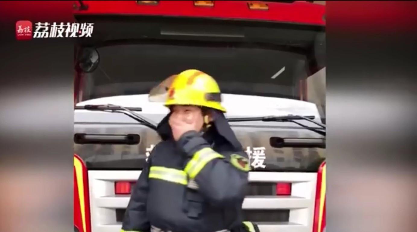 ▲▼消防員火場救出寒假作業! 囑咐弟兄們「保護好」(圖/翻攝自微博/荔枝起跑線)