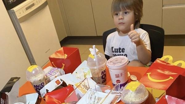 趁媽洗澡擅自訂10袋麥當勞!4歲兒偷買快樂被抓包「邊吃邊比讚」