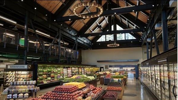 天花板冒出一條腿!35歲男「寄生超市」偷住整整一周 踩破卡死才曝光
