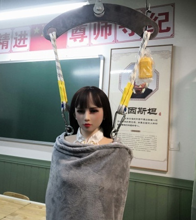 ▲▼充氣娃娃體驗館被查封,顧客落荒而逃(圖/翻攝自微博/@澎湃新聞)