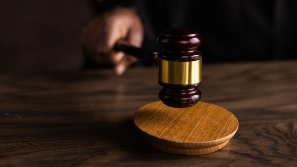 不爽被判離婚 狠夫「帶刀出庭刺死法官」自首仍判死