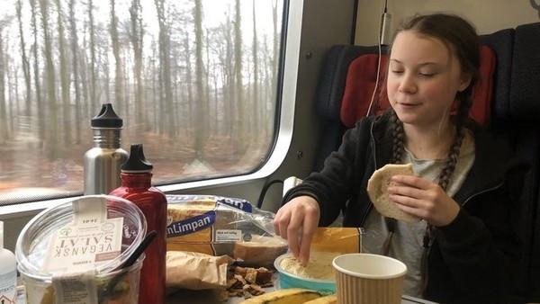 能用肉眼看到二氧化碳?瑞典環保少女被批作秀 滿桌全是塑膠垃圾