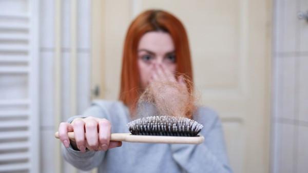 隔離壓力大!英女頭髮「禿成湖泊」 狂吃維他命B救回:不能出門很悶
