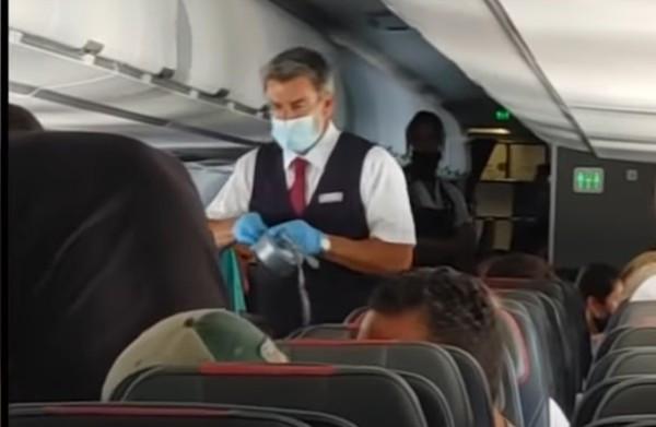 座艙長的耐性有限!13歲男童狂踹窗戶 他直接拿「膠帶封嘴」綁在椅子上