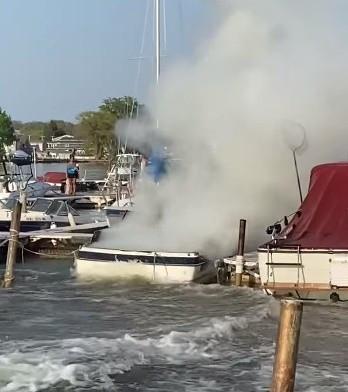 ▲▼消防隊騎水上摩托車滅火。(圖/翻攝自Facebook/Rochester Fire Fighters Local 1071)