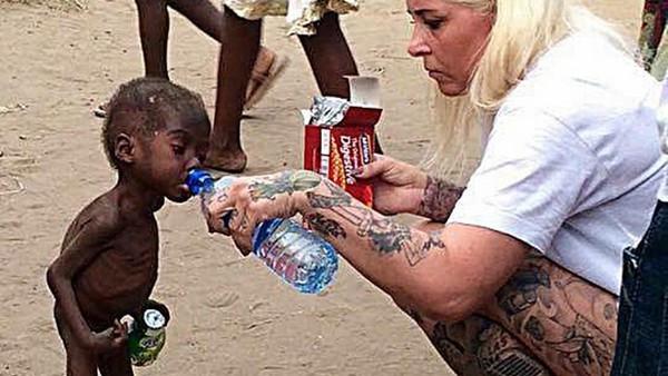 奈及利亞「喝水男童」現況曝光!不曾怨懟父母狠心拋棄,如今成為藝術奇才