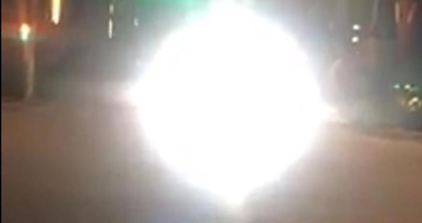 對向機車開超亮遠燈,完全看不見騎士! 網友把畫面跟大家分享:「是多怕別人看不到你?」