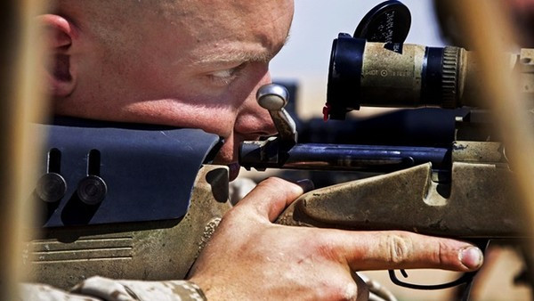一顆子彈消滅5人!狙擊手1km外「瞄準恐怖份子胸前炸彈」砰一聲救了村莊