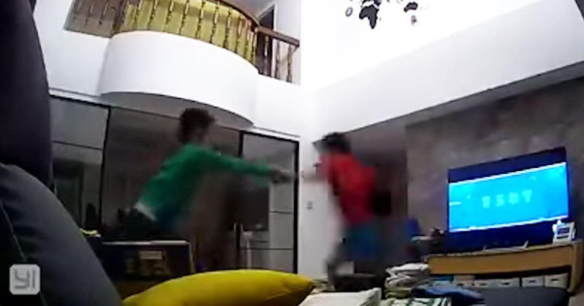 聽到媽媽回家秒彈起身! 兄弟6秒「最默契分工」網笑翻:看見童年
