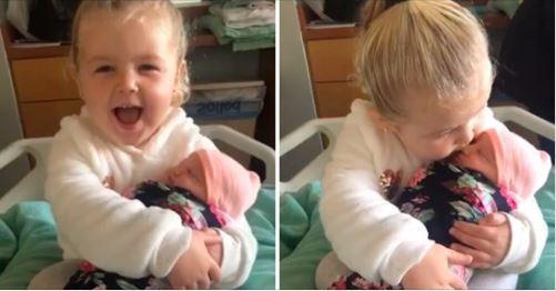 她怎那麼可愛!3歲姊姊「初見妹妹」 抱懷裡親不停:從此不讓妳離開♡