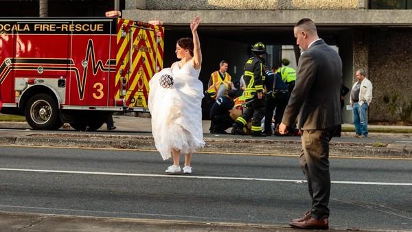 婚禮車隊撞見車禍!女警「拎婚紗捧花下車控場」:沒制服也要保護人民