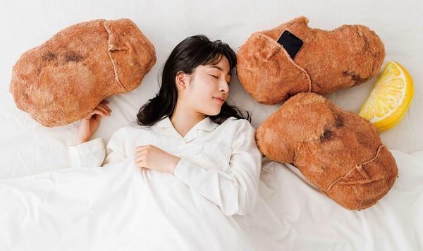 這組太油膩!日廠推炸雞抱枕「附油炸ASMR」 這會餓到睡不著吧