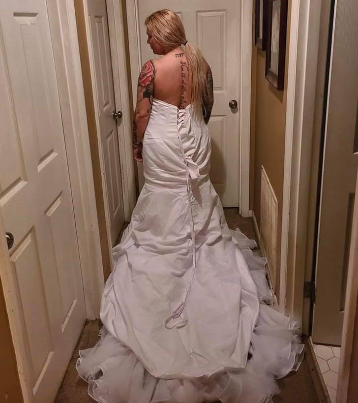 ▲▼新娘網購婚紗客訴「網路實體差太多」,客服尬回:你穿反了(圖/翻攝自Facebook/Deux Aubrey)