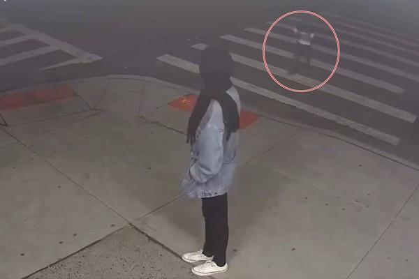 媽媽越走越遠看不見…4度寒夜被丟街上 4歲女娃「只穿一件毛衣」無助流浪