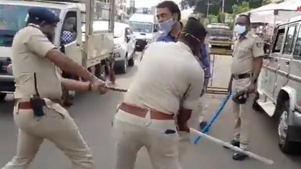 宵禁外出一律毆打處理! 印度警「持棍暴打違規民眾」手段超強硬