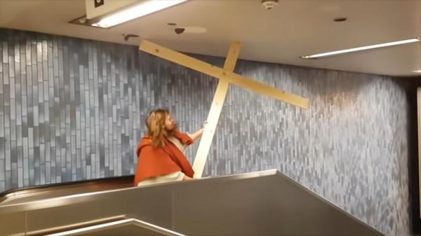 嘉年華COS耶穌! 他留長髮+蓄鬍「還背十字架」坐手扶梯卡住GG