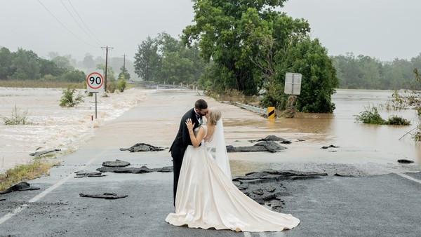新娘醒來困水牢!趕不及「直升機殺進禮堂」 水上成功完婚:最特別的婚禮