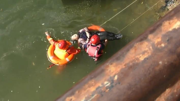 ▲▼87歲阿嬤溺水淡定浮水上等救援(圖/翻攝自微博)