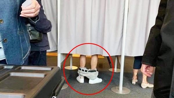 投票男子「褲子脫到腳踝處」!後方排隊民眾嚇壞 照片瘋傳真相曝光