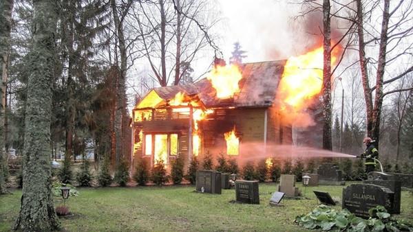 萬聖節「火災現場」布置太逼真!窗戶冒濃煙火光 鄰居嚇壞急call消防