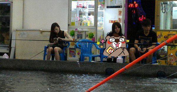真的沒辦法專心釣蝦了!正妹腿開開上演「手抓海鮮」網友:快換釣鮑魚!